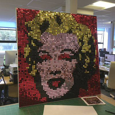 Idee per interior design: Primo piano dell' immagine stilizzata di Marylin Monroe in paillettes